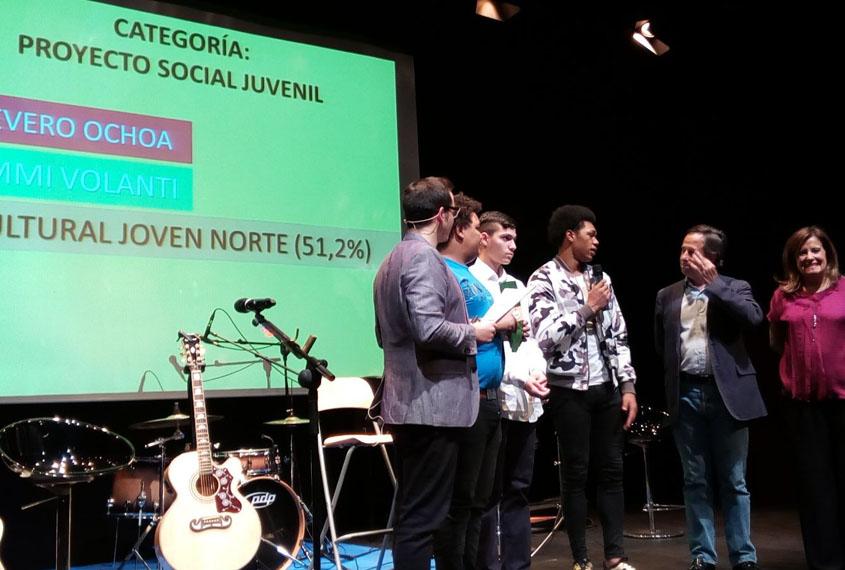"""Jóvenes de Norte Joven recogiendo galardón """"Proyecto Social Juvenil"""" de I Premios Jóvenes Alcobendas"""