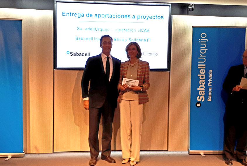 presidenta-norte-joven-recoge-ayuda-banco-sabadell