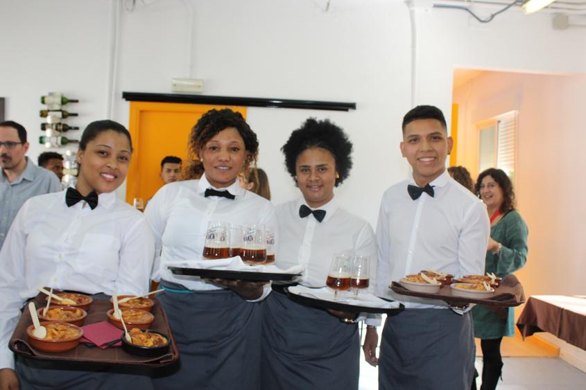 Jóvenes de hostelería Vallecas en Tu primer servicio
