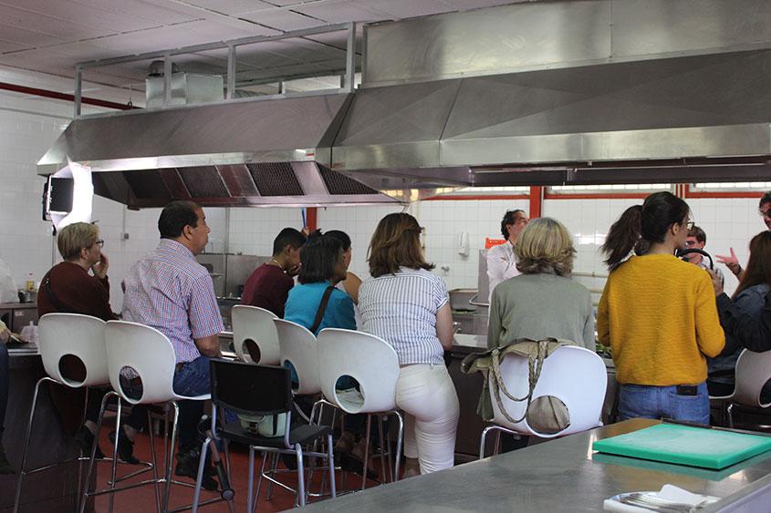 Dos jóvenes de FP Básica, voluntarios en el taller de cocina para pacientes de Fundación Renal